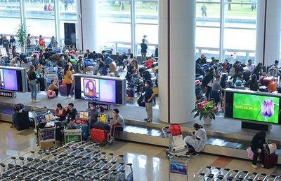 Dừng tất cả các chuyến bay chở người Việt Nam từ vùng dịch về Nội Bài - ảnh 1