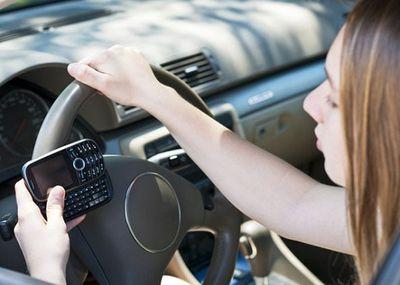 Sử dụng điện thoại khi lái xe: Có thể bị tước giấy phép lái xe đến 4 tháng - ảnh 1