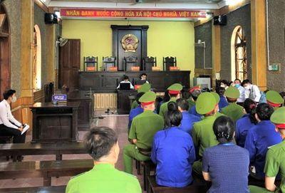 Những hình ảnh đầu tiên tại phiên tòa xét xử 12 bị cáo trong vụ gian lận thi cử ở Sơn La - ảnh 1