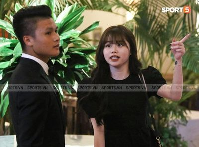 Huỳnh Anh diện đồ ton-sur-ton, xuất hiện rạng rỡ cùng Quang Hải tại gala Quả bóng vàng 2019 - ảnh 1