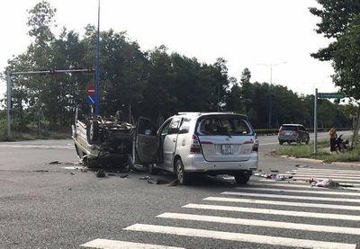 """Tin tai nạn giao thông mới nhất ngày 1/6/2020: Hai ô tô """"đấu đầu"""" rồi  lật ngửa giữa ngã tư, nhiều người mắc kẹt - ảnh 1"""