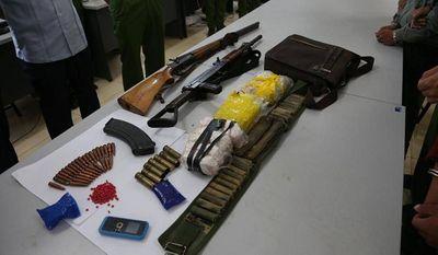 """Bắt giữ 2 đối tượng mang theo súng đi """"áp tải"""" chất cấm tại """"thủ phủ ma túy"""" vùng Tây Bắc - ảnh 1"""