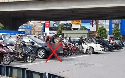Đứng chờ đèn đỏ, người đàn ông đi ô tô thản nhiên tiểu bậy giữa ngã tư đường khiến cộng đồng mạng phẫn nộ - ảnh 1
