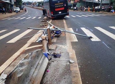 Vụ xe khách nổ lốp tông gãy 2 cột đèn: Doanh nghiệp bị yêu cầu bồi thường gần 120 triệu đồng - ảnh 1