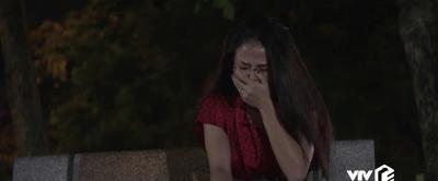 """Những nhân viên gương mẫu tập 21: Liên bị chồng đánh trước cửa toà soạn vì """"bỏ nhà đi theo trai"""" - ảnh 1"""