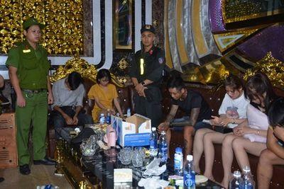 Gần 100 cảnh sát đột kích quán karaoke, phát hiện 32 đối tượng dương tính ma túy - ảnh 1