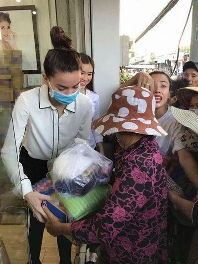 """Hồ Ngọc Hà đi từ thiện cũng bất ngờ bị dân mạng """"ném đá""""  - ảnh 1"""