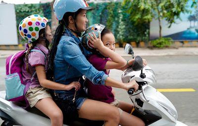 """Sao Việt hồ hởi """"hộ tống"""" con tới trường trong ngày khai giảng - ảnh 1"""