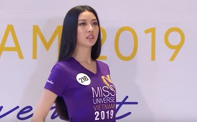 Tin tức giải trí mới nhất ngày 12/10: Á hậu Thúy Vân liên tục bị giám khảo quát khi catwalk - ảnh 1