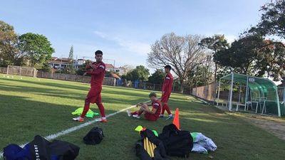 Các cầu thủ Việt Nam gặp khó khăn ngay trong buổi tập đầu tiên ở Indonesia - ảnh 1
