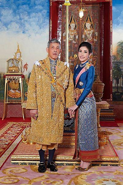 Cựu Hoàng quý phi Thái Lan Sineenat: Từ lễ sắc phong rầm rộ đến việc phế truất đầy bất ngờ - ảnh 1