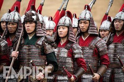Hé lộ hình ảnh Lưu Diệc Phi mặc giáp sắt, khuôn mặt đen và thô ráp trong Hoa Mộc Lan - ảnh 1