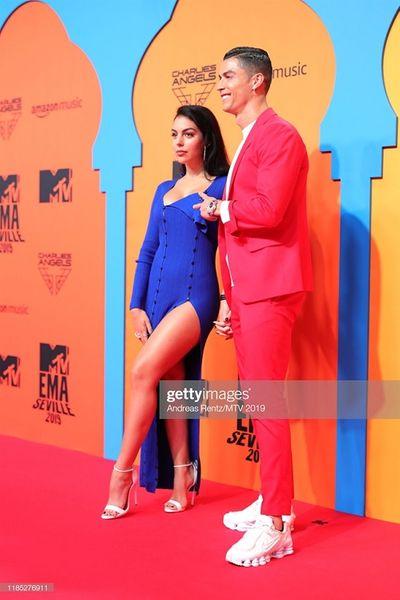 Cristiano Ronaldo bảnh bao tháp tùng bạn gái lên thảm đỏ MTV EMAs 2019 - ảnh 1