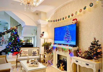 """Vợ chồng cựu người mẫu Thúy Hạnh """"chơi lớn"""", thắp sáng căn biệt thự hai mặt tiền để đón Giáng Sinh - ảnh 1"""