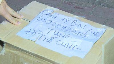 """Kiểm tra xe khách, phát hiện thùng ghi """"đồ thờ cúng"""" bên trong chứa 1000 bao thuốc lá nhập lậu - ảnh 1"""