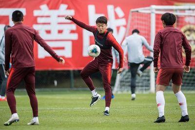 Cầu thủ Trung Quốc không được về quê ăn Tết vì virus corona - ảnh 1