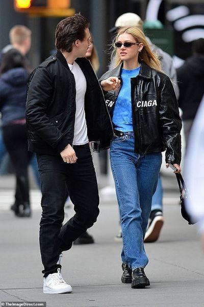 Cậu cả của Beckham vô tư hôn bạn gái trên phố bất chấp Covid-19 đang hoành hành tại Mỹ - ảnh 1