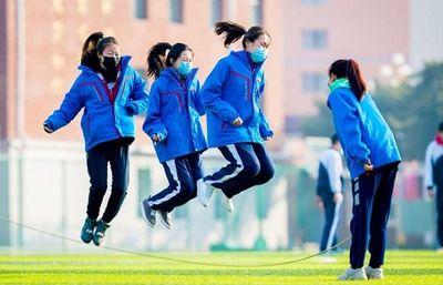 Nhiều tỉnh thành ở Trung Quốc cho trường học hoạt động trở lại: Học cả thử 7, mỗi người một bàn - ảnh 1
