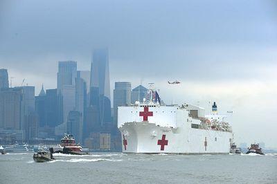 Người Mỹ không đeo khẩu trang, tụ tập xem tàu bệnh viện lớn nhất thế giới cập cảng New York - ảnh 1