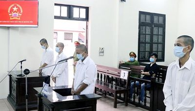 Phạt hơn 30 tháng tù giam với 4 đối tượng hành hung cán bộ phòng dịch Covid-19 - ảnh 1