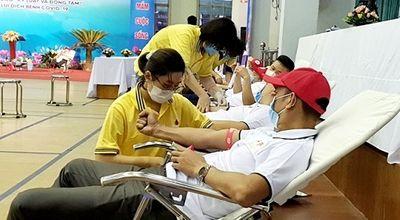 Gần 400 tình nguyện viên và đoàn viên thanh niên ngành than tham gia hiến máu tình nguyện - ảnh 1