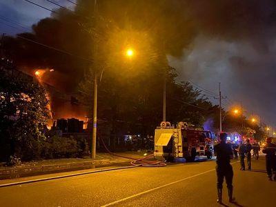 Cháy lớn trong khu chế xuất Tân Thuận, khói bốc lên nghi ngút - ảnh 1