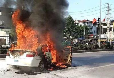 Xe tập lái bất ngờ bốc cháy khi đang lưu thông - ảnh 1