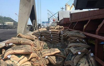 Cục Hải Quan bắt giữ tàu vận chuyển trái phép hơn 41 tấn gạo - ảnh 1