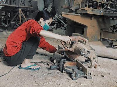 Nữ 9x mê nghề mộc, tự đóng nội thất, làm đồ chơi tặng trẻ mồ côi - ảnh 1