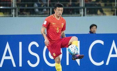 Cầu thủ Trung Quốc đạp đầu đối thủ, bị vợ tố ngoại tình, bạc nghĩa - ảnh 1