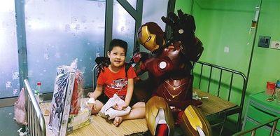 Biệt đội siêu anh hùng đến tặng quà cho các bệnh nhi ung thư, chạy thận trong dịp 1/6 - ảnh 1
