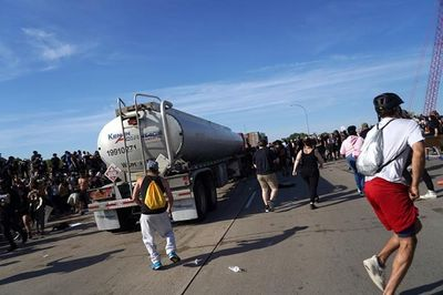 Hình ảnh xe bồn chở dầu lao vào đám đông biểu tình ở Mỹ - ảnh 1