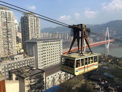 Hệ thống tàu điện trên cao độc đáo ở thành phố kỳ lạ nhất Trung Quốc - ảnh 1