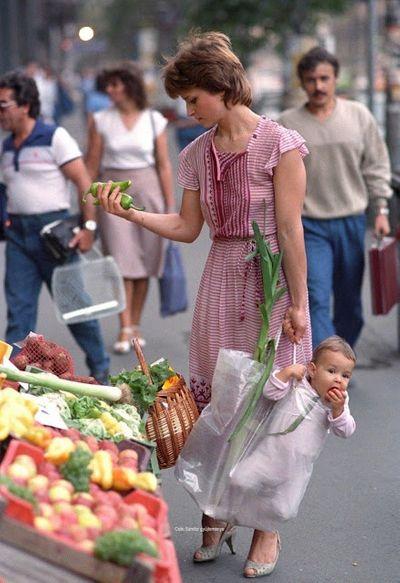 Bức ảnh mẹ xách con đi chợ bất ngờ nổi tiếng, nhưng nhan sắc đứa bé sau 33 năm mới đáng thu hút - ảnh 1
