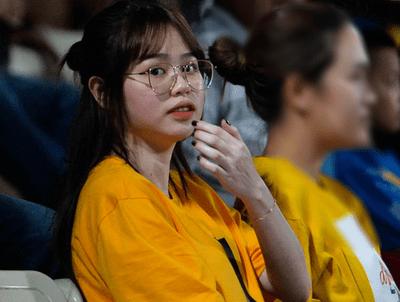 """Huỳnh Anh tới Hàng Đẫy xem Quang Hải thi đấu, khoảnh khắc nào cũng lộ cằm nọng """"kém xinh"""" - ảnh 1"""