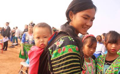 Ngày Gia đình Việt Nam: Khoảnh khắc đáng yêu của những em bé trên lưng mẹ - ảnh 1