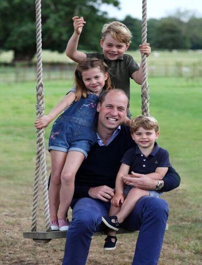 Tan chảy trước khoảnh khắc Hoàng tử William vui đùa cùng các con  - ảnh 1