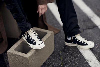 """""""Nam thanh nữ tú"""" chen đến """"bẹp ruột"""" từ 4h sáng đợi mua giày hàng hiệu, kết cục ai cũng ôm """"cục tức""""  - ảnh 1"""