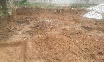 Tá hỏa phát hiện ngôi mộ chôn 10 bộ hài cốt dưới móng nhà