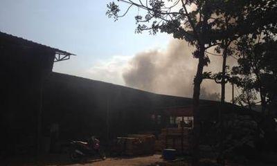 Cháy kho phế liệu, nhiều công nhân hoảng loạn