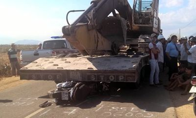 Truy tìm lái xe lùi lại cán chết học sinh rồi bỏ trốn