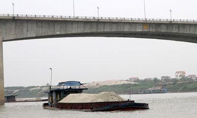 Phát hiện 3 người chết bất thường trên tàu chở cát ở sông Hồng