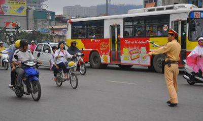 Phụ huynh, học sinh ngỡ ngàng bị dừng xe vì không đội MBH