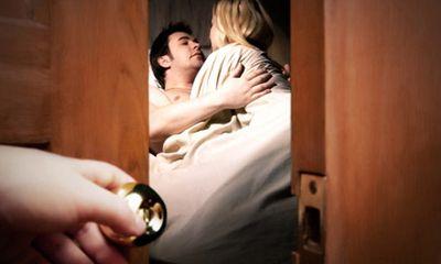 Chồng ngoại tình, vợ có nên rình bắt quả tang?