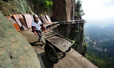 Trung Quốc: Hãi hùng cảnh thi công trên vách đá cheo leo