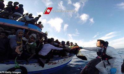 Con buôn ném xác người di cư xuống biển cho cá mập ăn