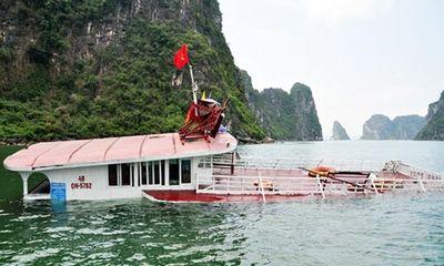 Tàu chở 48 khách tham quan bị đâm chìm trên vịnh Hạ Long