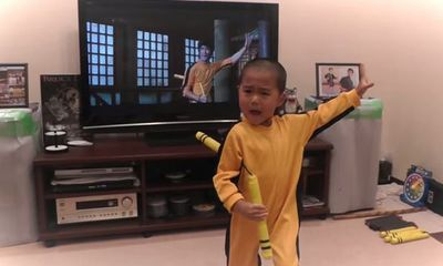 Sốc với cậu bé 5 tuổi múa côn giống hệt Lý Tiểu Long