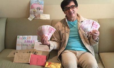 Thành Long khoe tiền, quà fan tặng sinh nhật chất đầy ghế