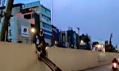 Thanh sắt dài 10m rơi ở tuyến đường sắt Nhổn - Ga Hà Nội